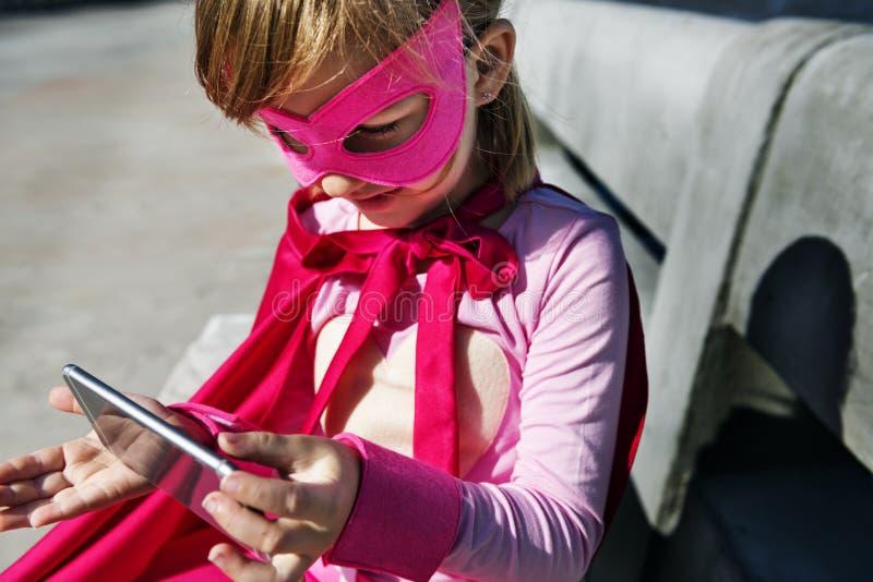 Petite fille employant le concept de dispositif photographie stock libre de droits