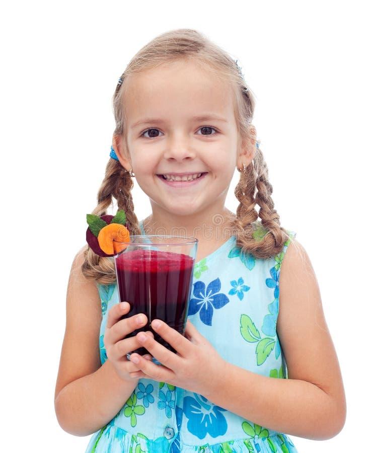 Petite fille en bonne santé heureuse avec du jus frais image libre de droits