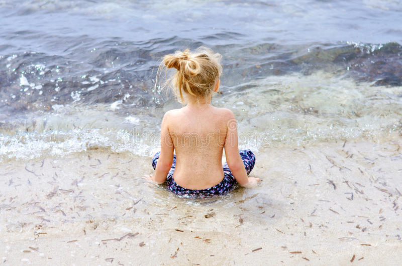 Petite fille en mer photo stock