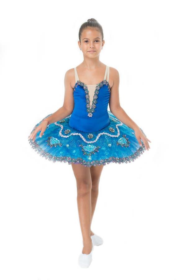 Petite fille en position de ballet Petite ballerine dans le tutu bleu Leçon de danse adorable de prise de fille de ballerine Danc photographie stock