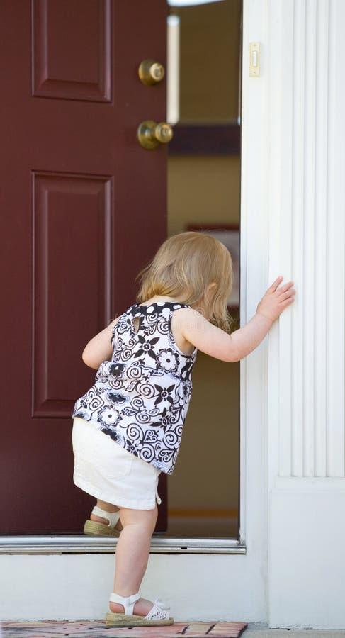 Petite fille entrant dans la maison images libres de droits