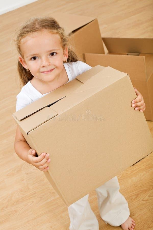 Petite fille entrant dans la nouvelle maison images stock