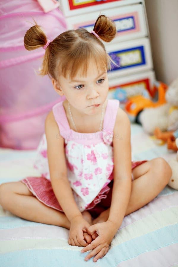 Petite fille espiègle photo libre de droits