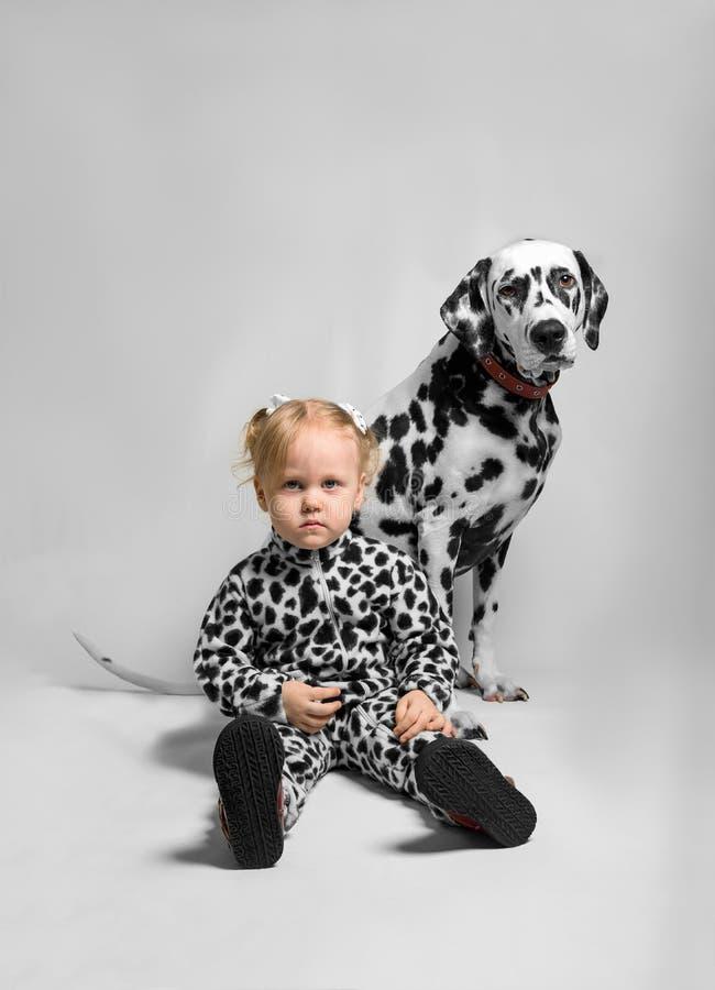 Petite fille et chien de Dalmate photos stock