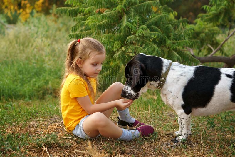 Petite fille et chien métis dehors photo libre de droits