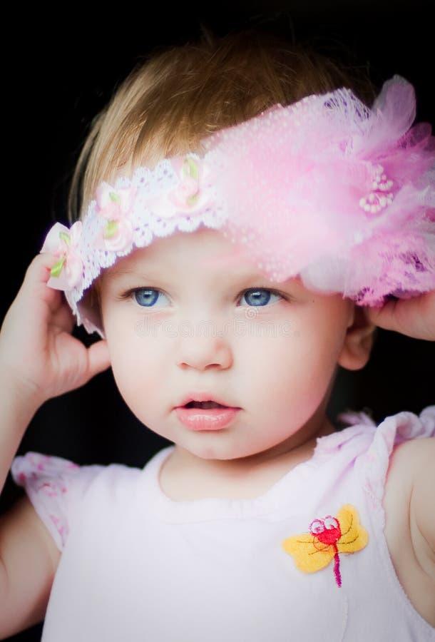 Petite fille et coiffe rose photographie stock