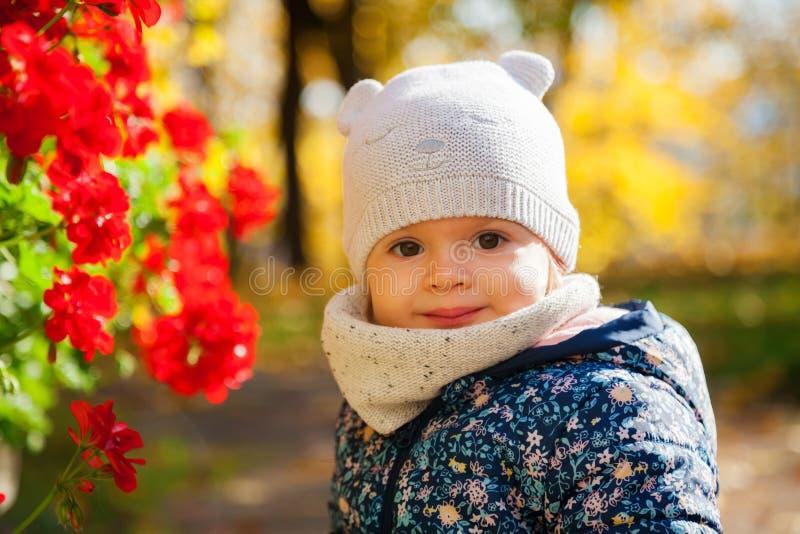 Petite fille et fleurs rouges photos libres de droits