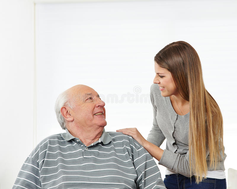 Petite-fille et grand-père photo stock