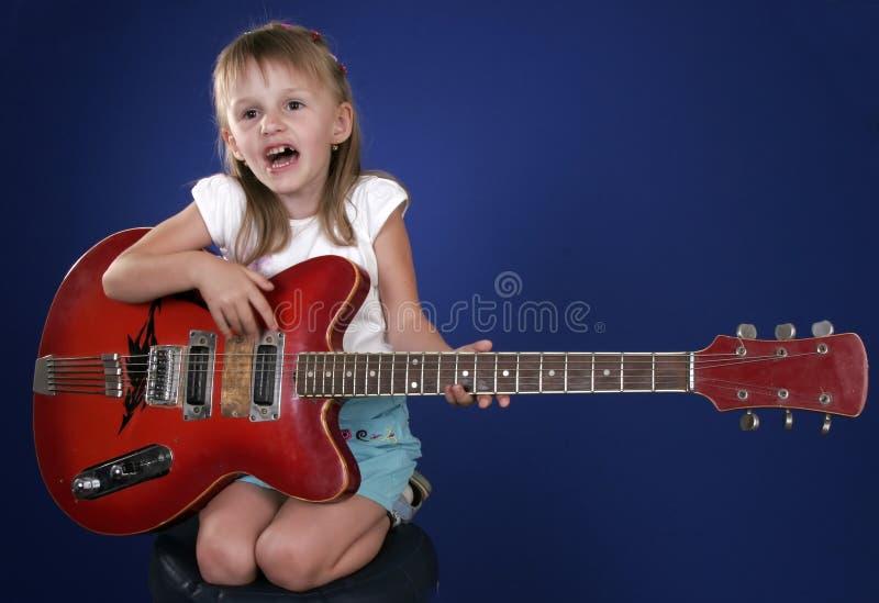 Petite fille et guitare images libres de droits