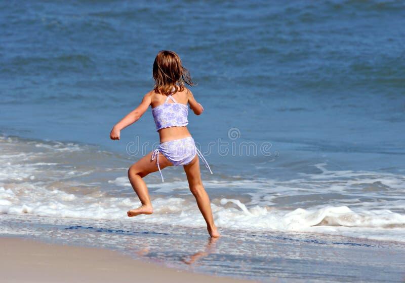 Download Petite fille et océan photo stock. Image du actif, plaisir - 739140