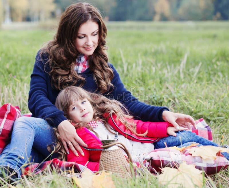 Petite fille et sa mère images stock