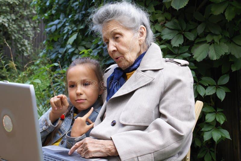 Petite-fille et son grand-mère photo stock
