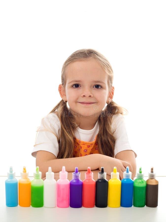 Petite fille et son kit de coloration image stock