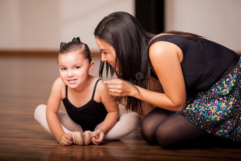 Petite fille et son professeur de danse images libres de droits