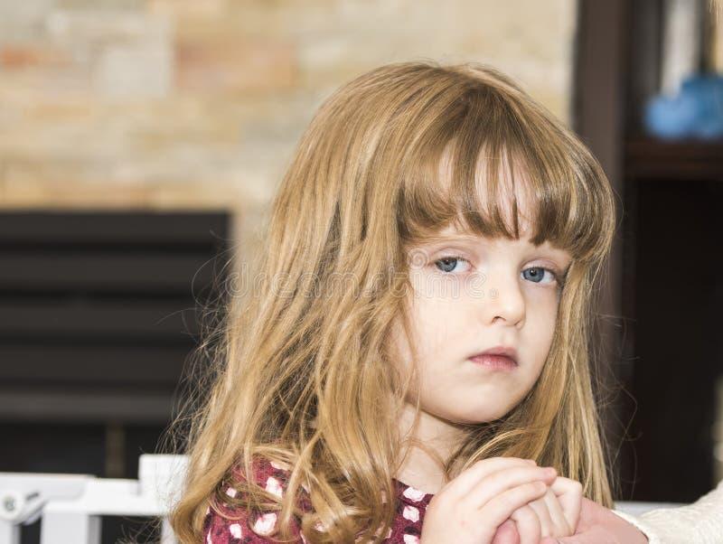 Petite fille expressive et belle avec les cheveux blonds et les yeux bleus image stock image - Fille yeux bleu ...