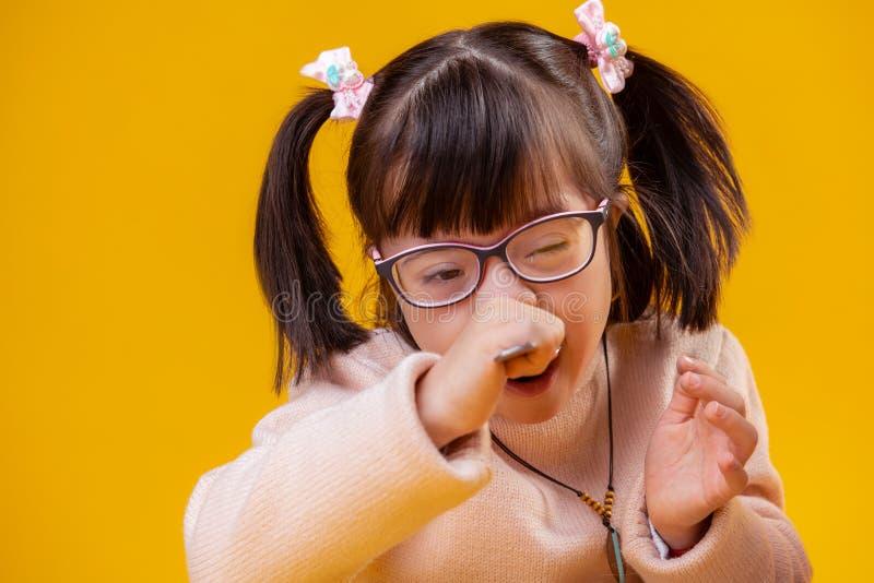 Petite fille extraordinaire avec syndrome de Down ayant les caractéristiques peu communes de visage photographie stock libre de droits