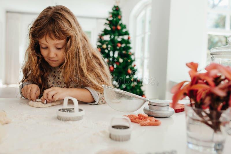 Petite fille faisant des biscuits pour Noël photo libre de droits
