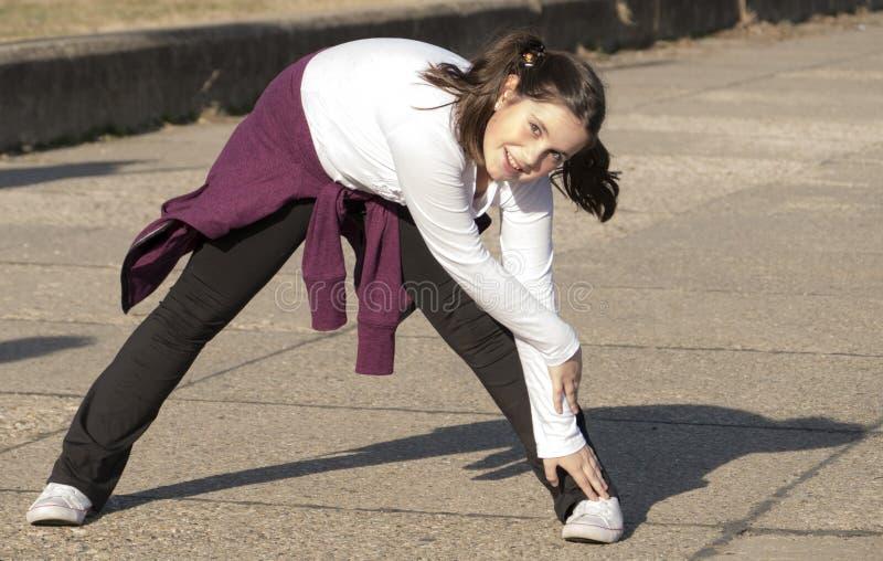 Petite fille faisant des exercices photo libre de droits