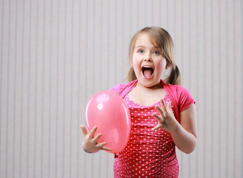 petite fille faisant le visage drôle photographie stock