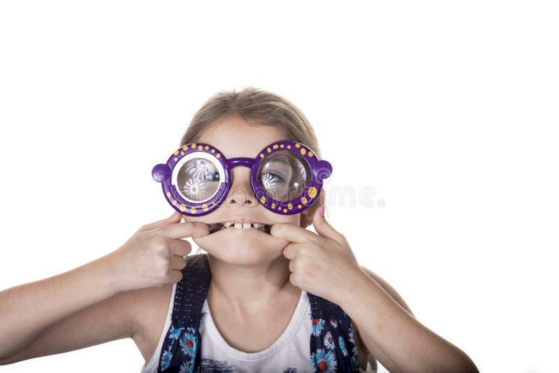 Petite fille faisant le visage idiot avec les verres colorés photos stock