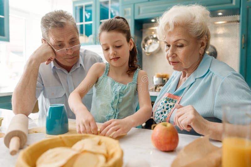 Petite-fille faisant un tarte images stock