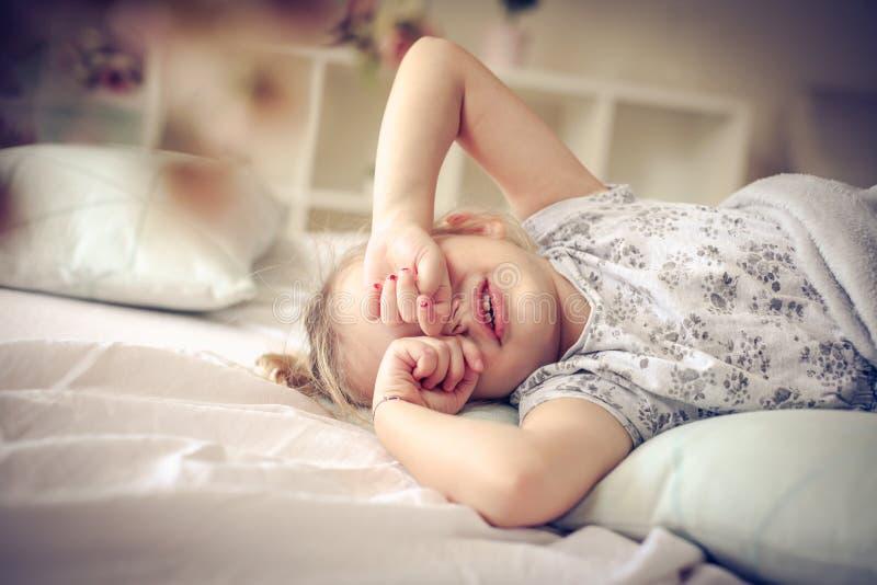Petite fille fatiguée image stock