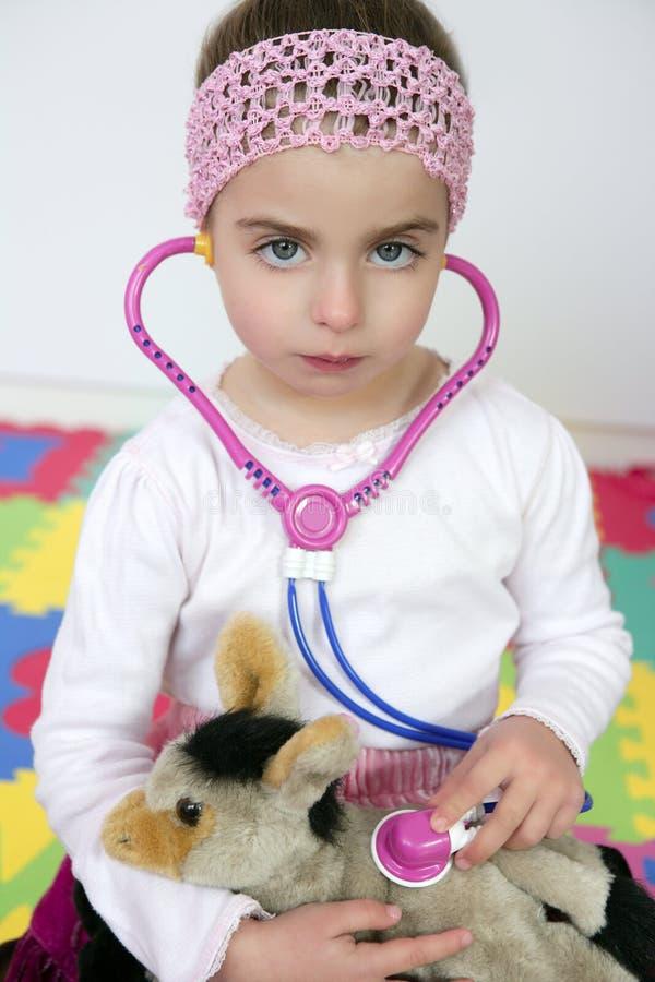 Petite fille feignant pour être docteur, stéthoscope images libres de droits
