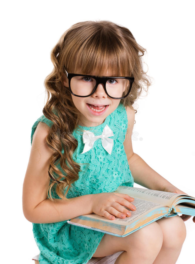 Petite fille, grand verre et livre photo stock