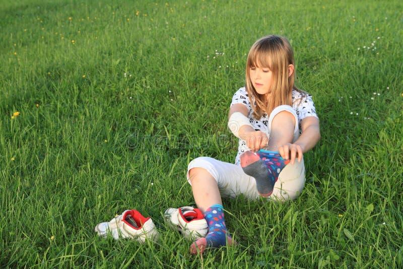 Petite fille habillant des chaussettes photographie stock