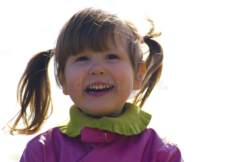 Petite fille heureuse à l'extérieur photographie stock
