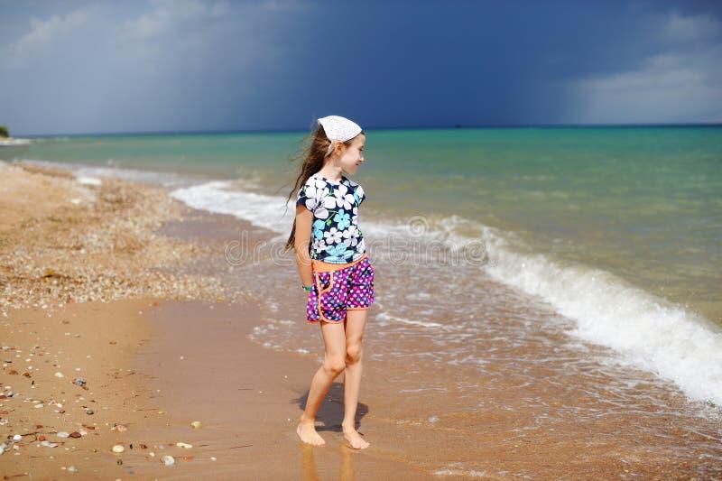 Petite fille heureuse adorable des vacances de plage photographie stock libre de droits