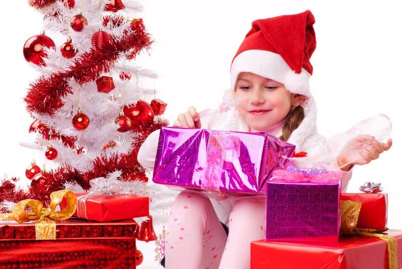 Petite fille heureuse avec des beaucoup cadeau de Noël images stock