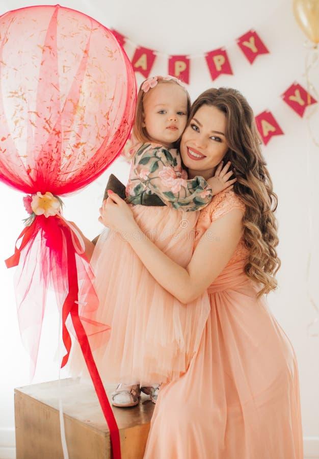 Petite fille heureuse avec la mère célébrant la fête d'anniversaire photo stock