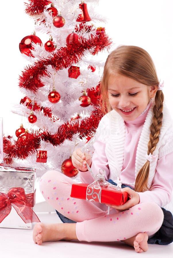 Petite fille heureuse avec le cadeau de Noël images libres de droits