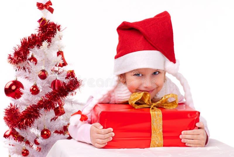 Petite fille heureuse avec le cadeau de Noël photos libres de droits
