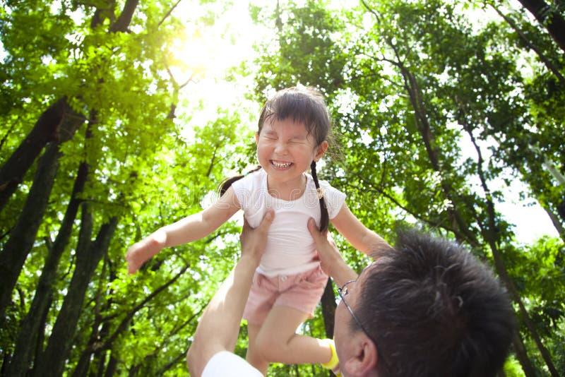 Petite fille heureuse avec le père photos stock