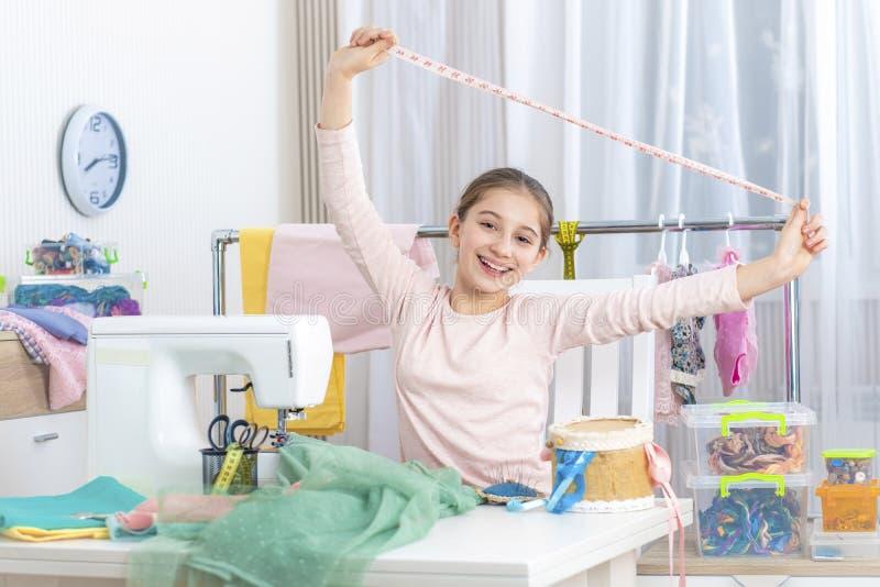 Petite fille heureuse avec le ruban métrique photo libre de droits