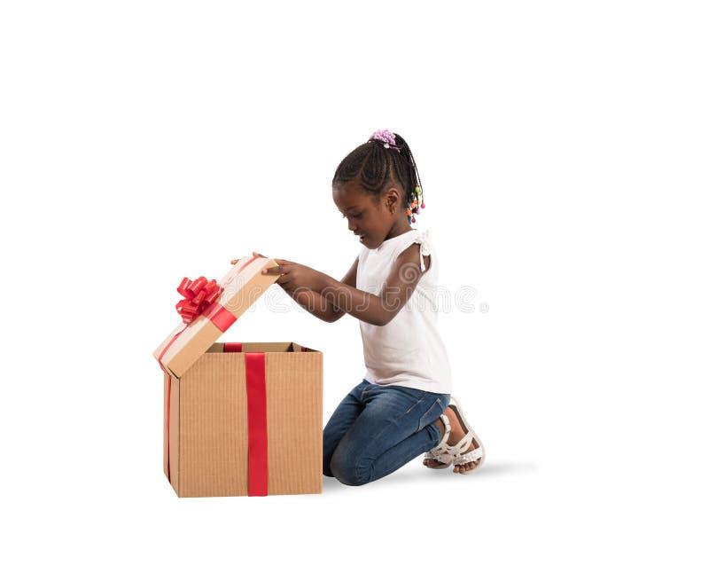 Petite fille heureuse avec un cadeau de Noël photographie stock libre de droits