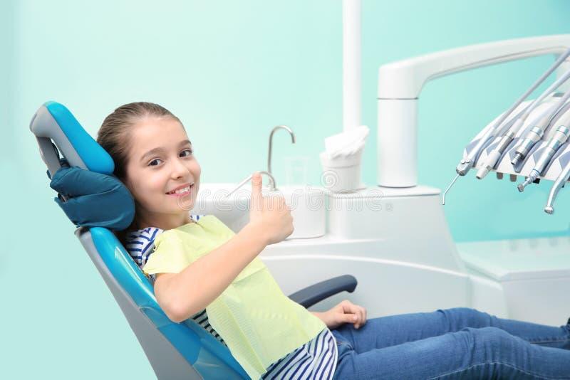 Petite fille heureuse ayant le rendez-vous du dentiste image stock