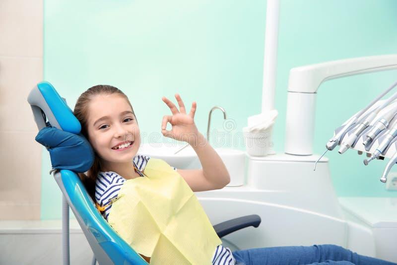 Petite fille heureuse ayant le rendez-vous du dentiste photographie stock