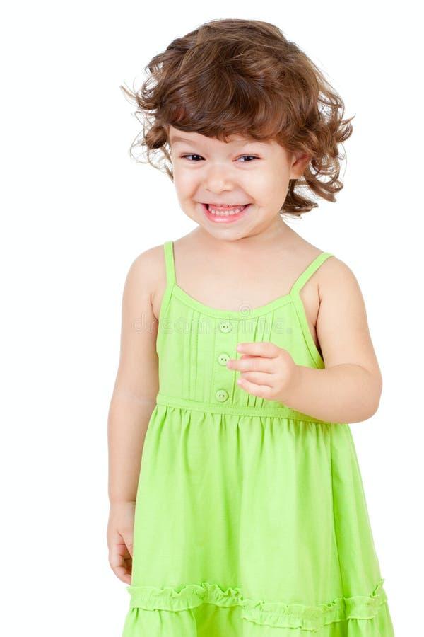 Petite fille heureuse bouclée d'isolement sur le blanc photographie stock