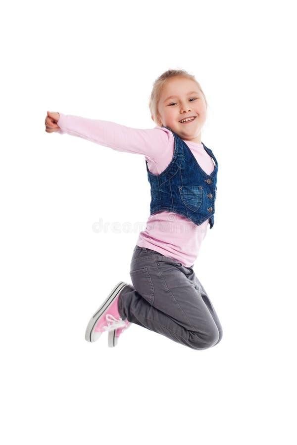 Petite fille heureuse branchant en air image stock