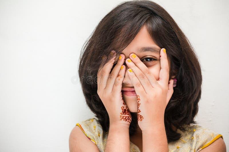 Petite fille heureuse dans le costume indien photographie stock