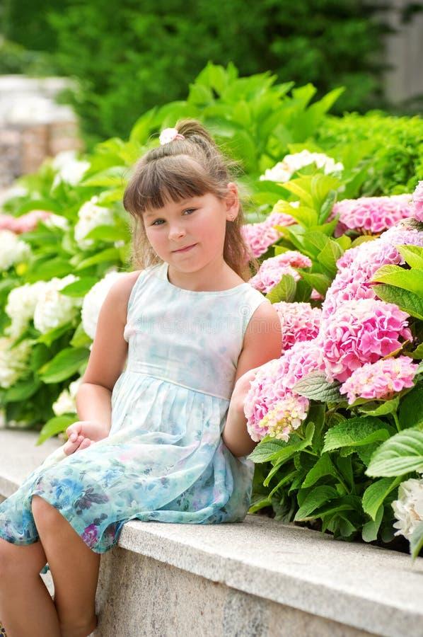 Petite fille heureuse dans le jardin photos stock