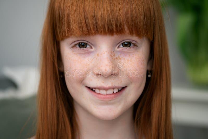 Petite fille heureuse de gingembre avec le sourire de taches de rousseur images libres de droits