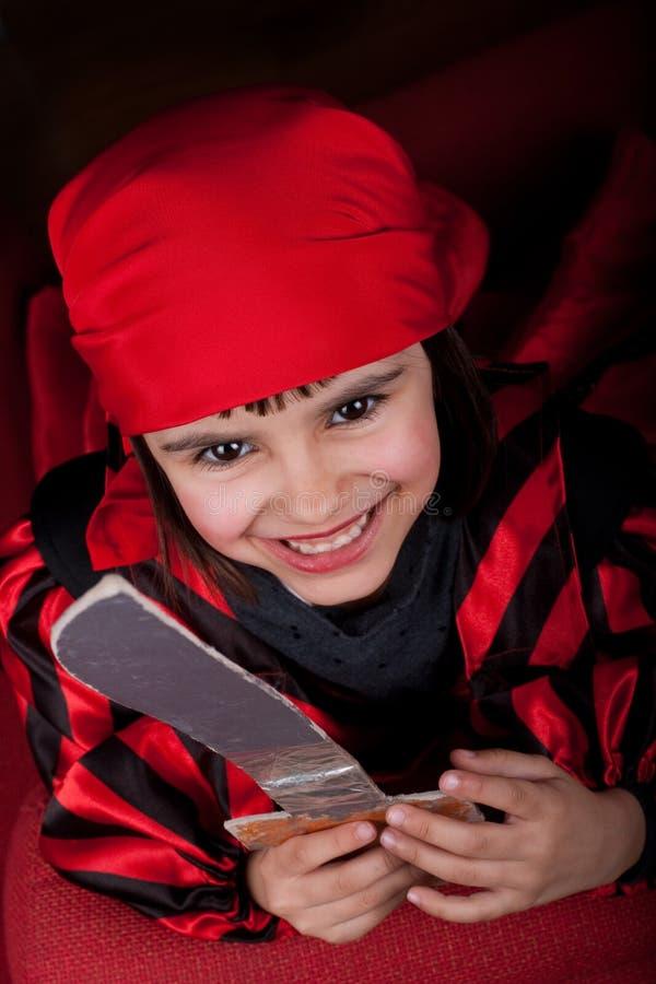 Petite fille heureuse de pirate image stock