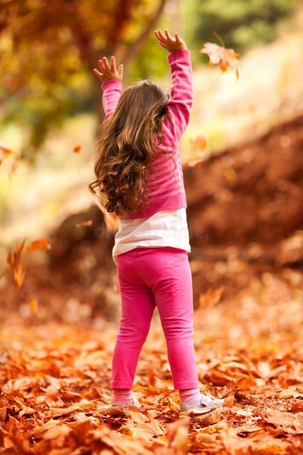 Petite fille heureuse en stationnement d'automne image stock