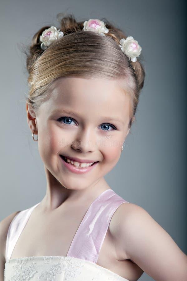 Petite fille heureuse et belle photographie stock libre de droits