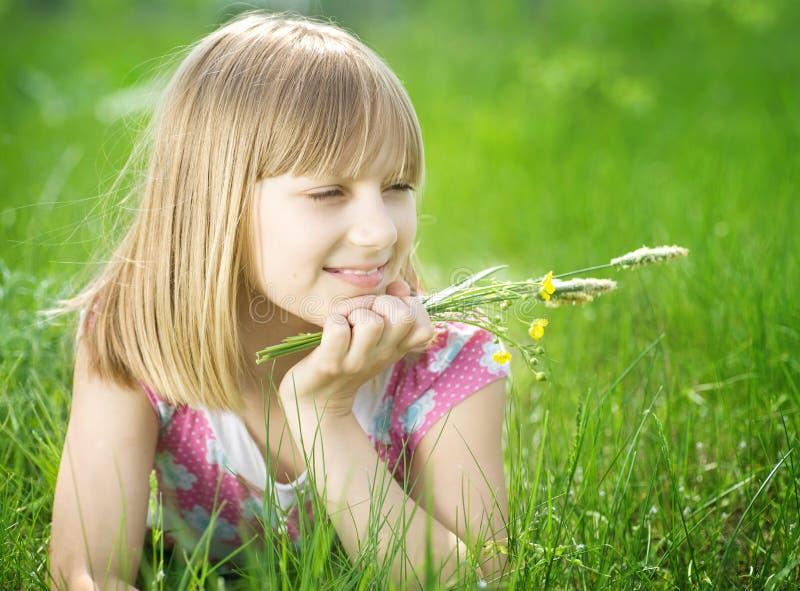 Petite fille heureuse extérieure images stock