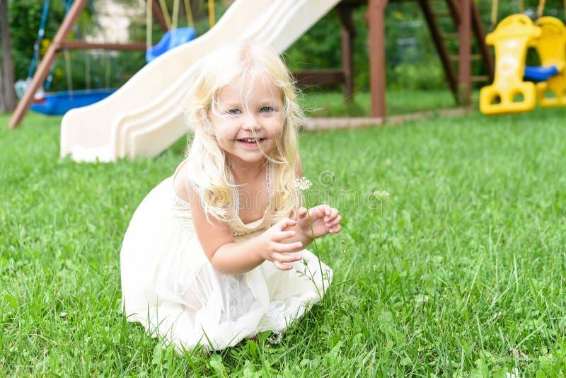 Petite fille heureuse jouant dans l'arrière-cour photographie stock